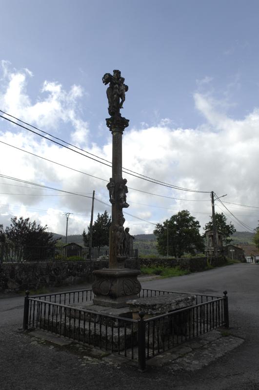 Cruceiro da igrexa parroquial de Carballedo