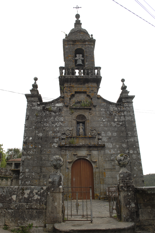 Fachada da igrexa parroquial de Loureiro