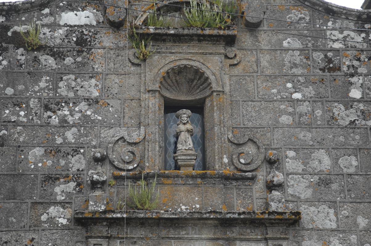 Detalle da fachada da igrexa parroquial de Loureiro