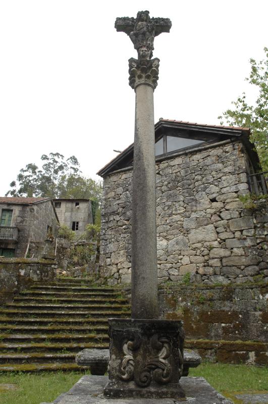 Cruceiro da igrexa parroquial de Loureiro