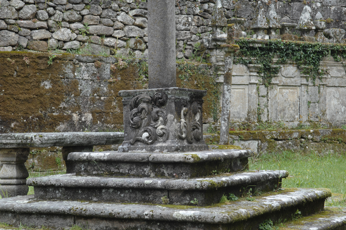 Base do cruceiro da igrexa parroquial de Loureiro