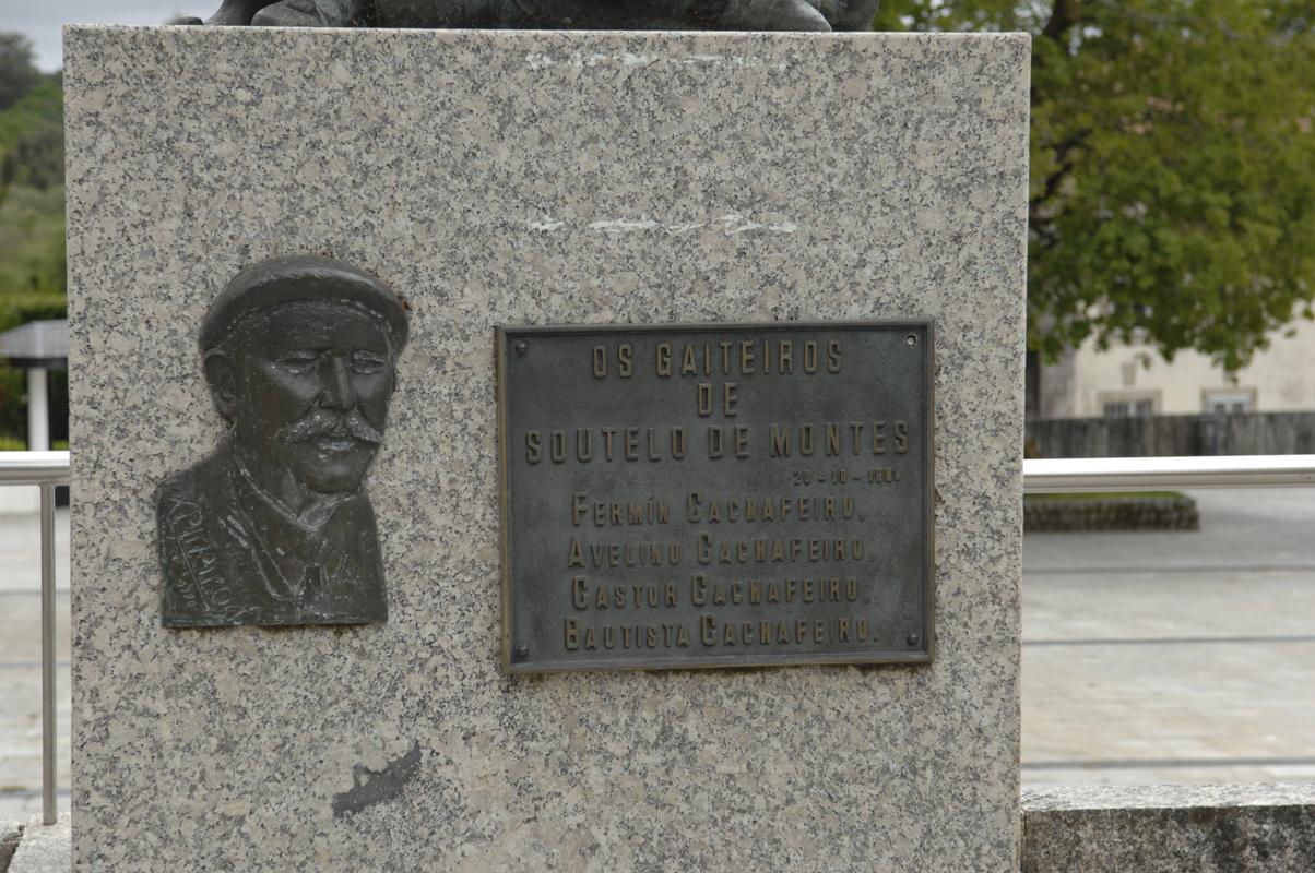 Detalle do monumento ao gaiteiro