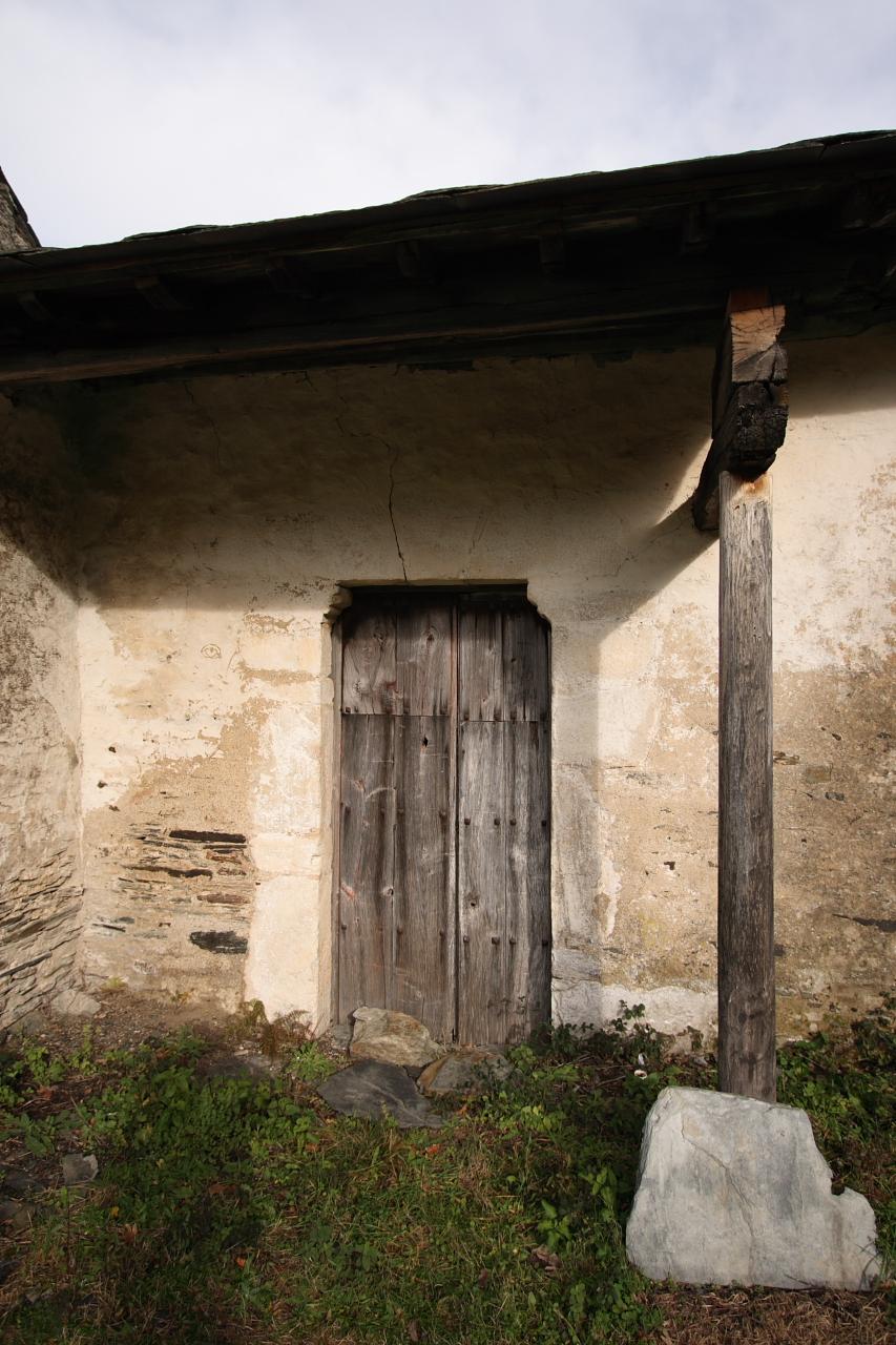 Entrada lateral da igrexa