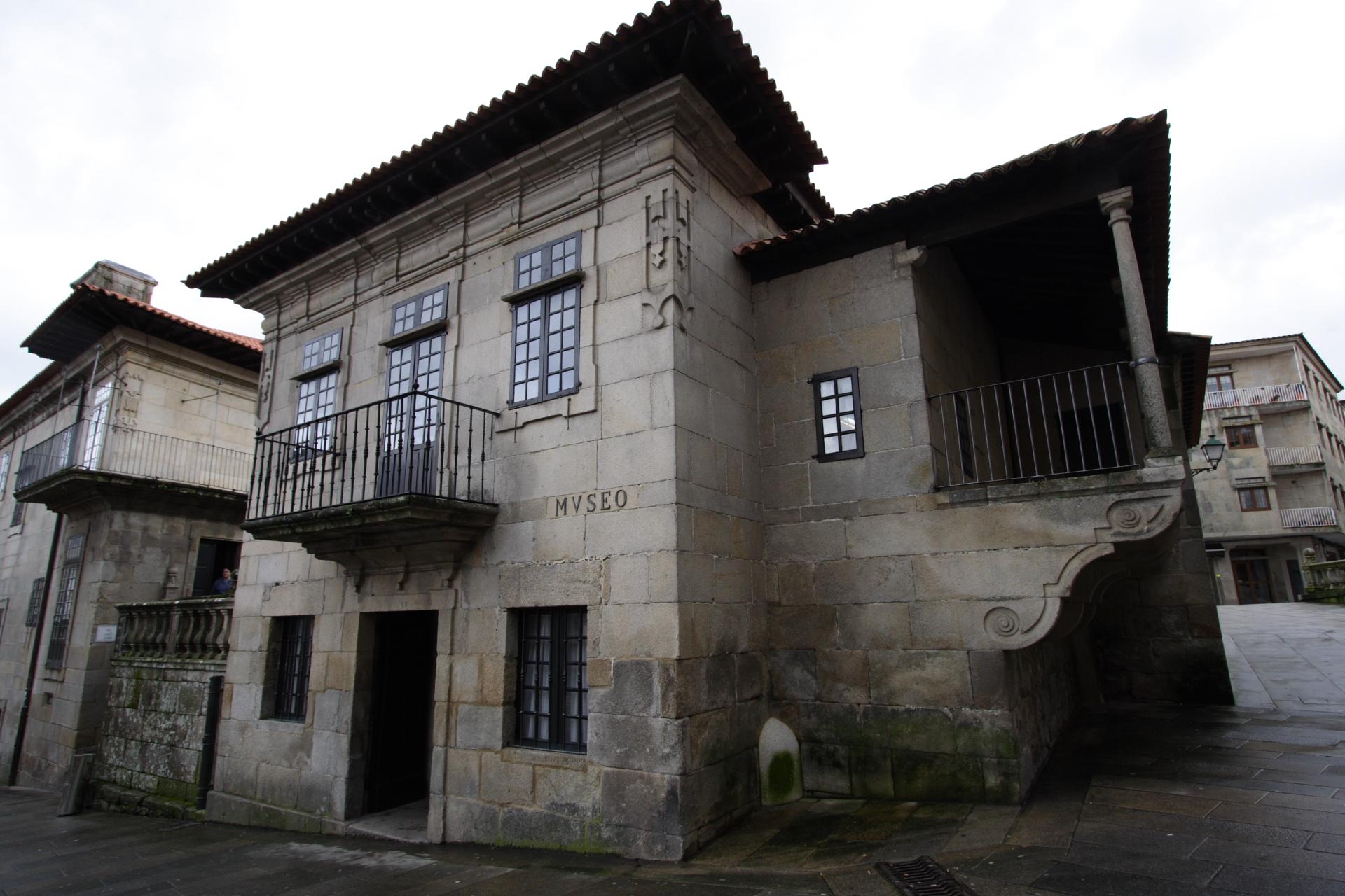 Fachada principal e balconada do Museo