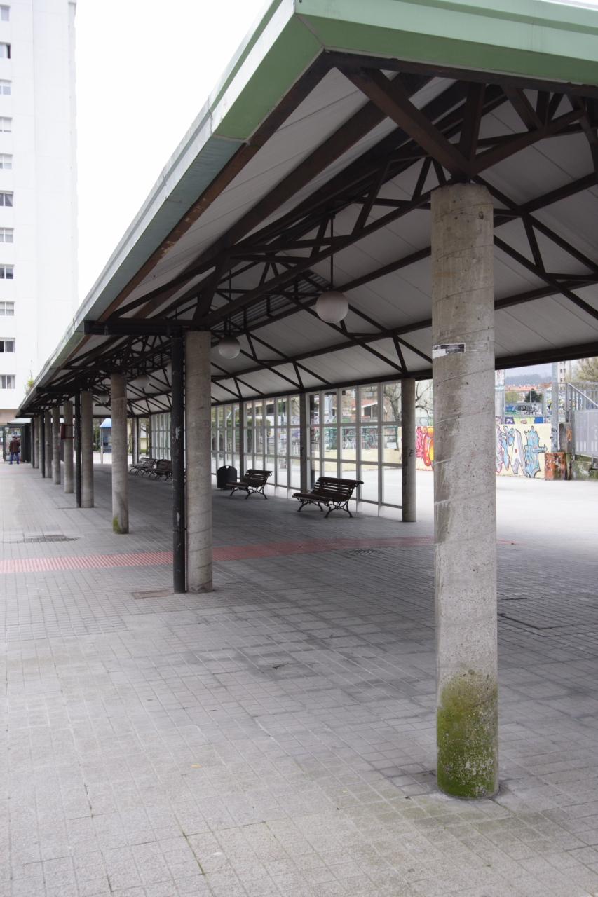 Marquesiña de buses na antiga estación de tren