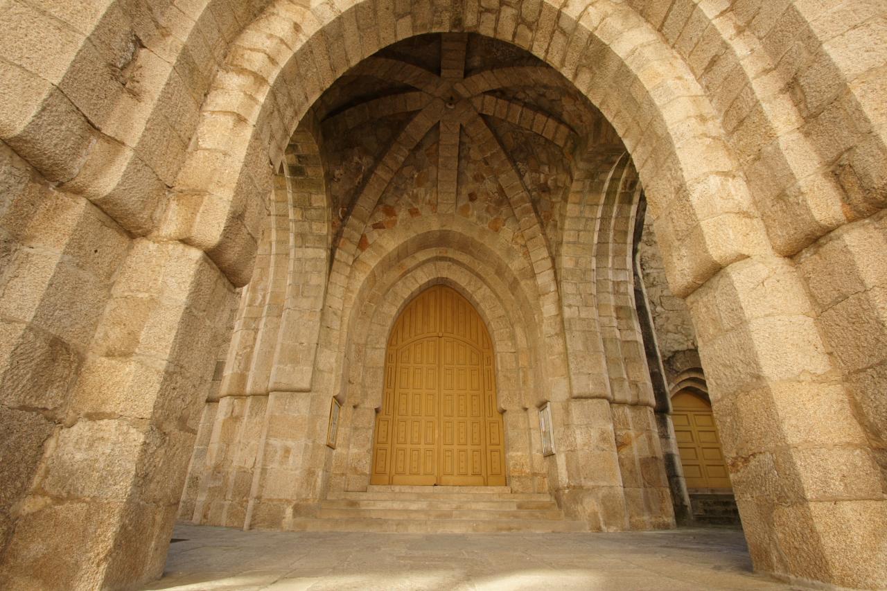 Pórtico de acceso ao templo