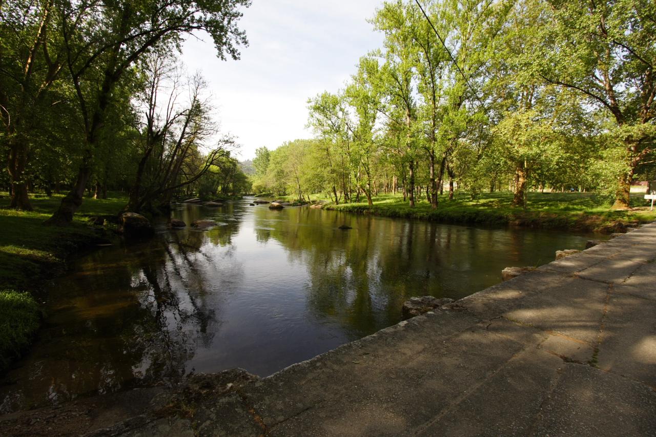O Río Avia desde a ponte