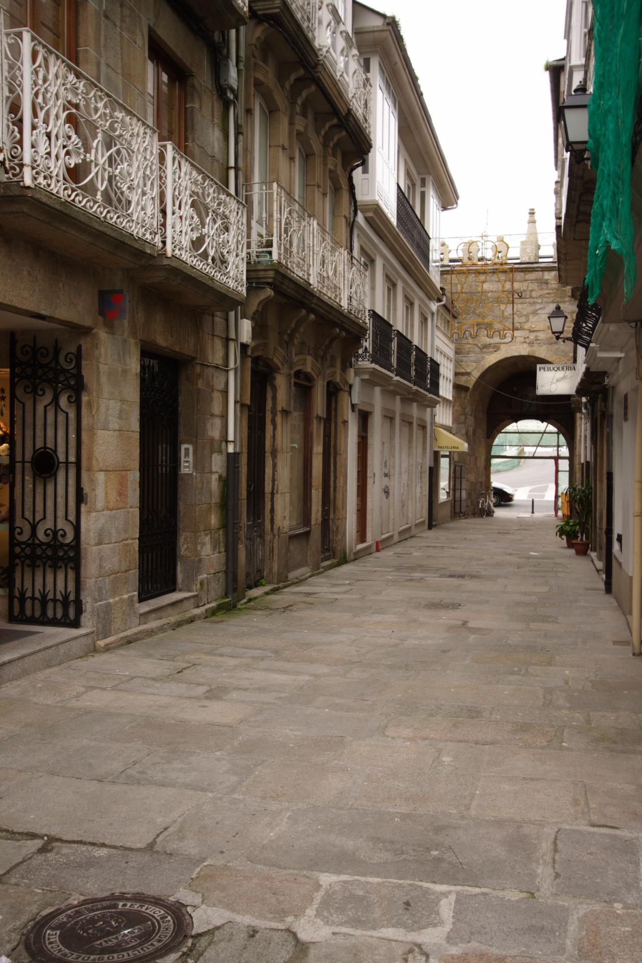 Rúa María Samiento coa Porta do Castelo da Ponte