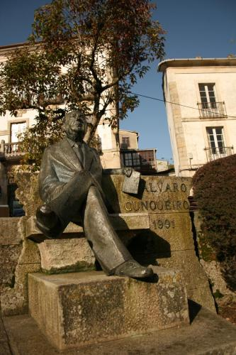 20 Estatua sedente de Álvaro Cunqueiro